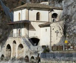Teppisti nella chiesetta di Scanno: Gettato il solvente nell'acquasantiera, indagano i carabinieri. Il parroco: «Devono pentirsi»