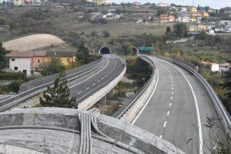 Il viadotto di San Giacomo sulla A24, che prende il nome dall'omonima frazione del comune dell'Aquila, 17 ottobre 2018. ANSA/CLAUDIO LATTANZIO